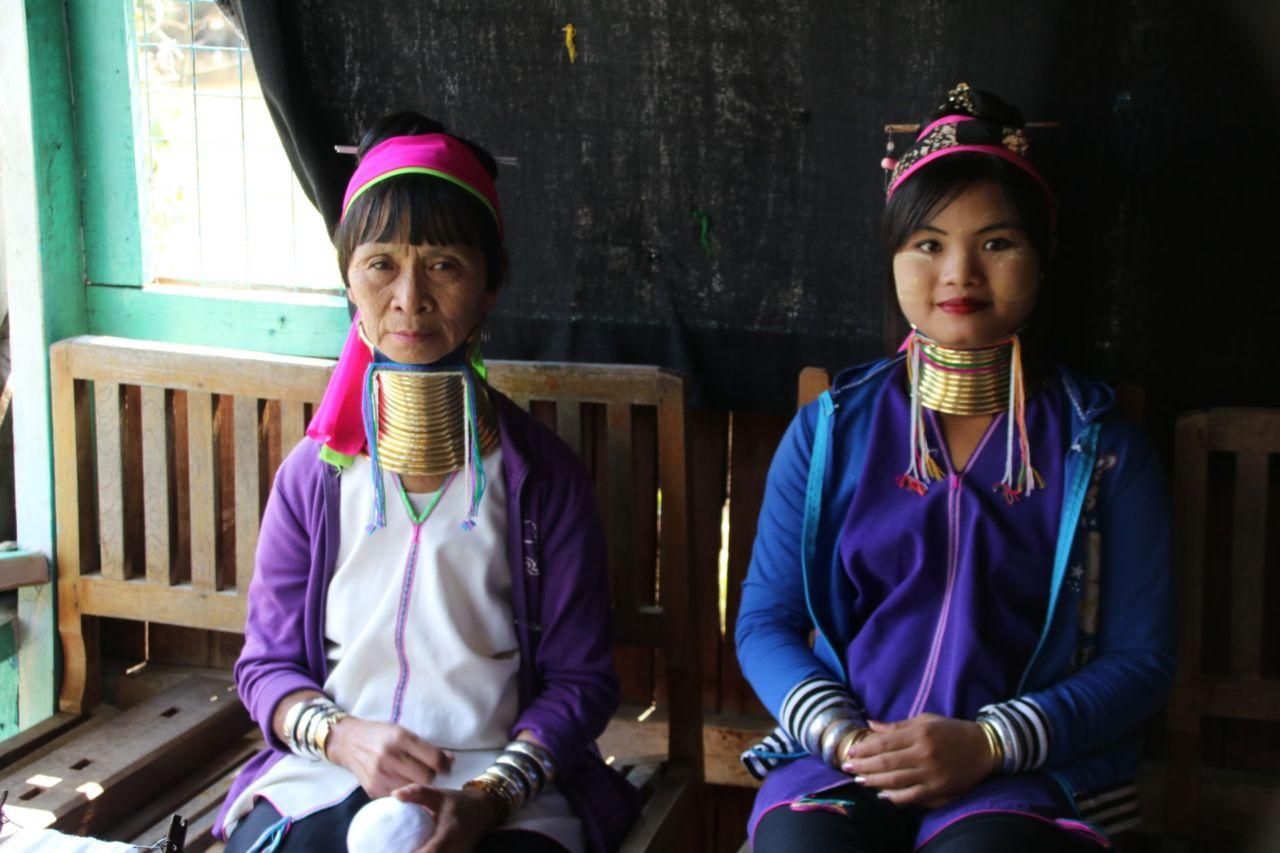 Zwei Frauen mit goldenen Ringen um den Hals