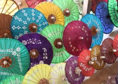 Bunte Schirme aus Bambuspapier