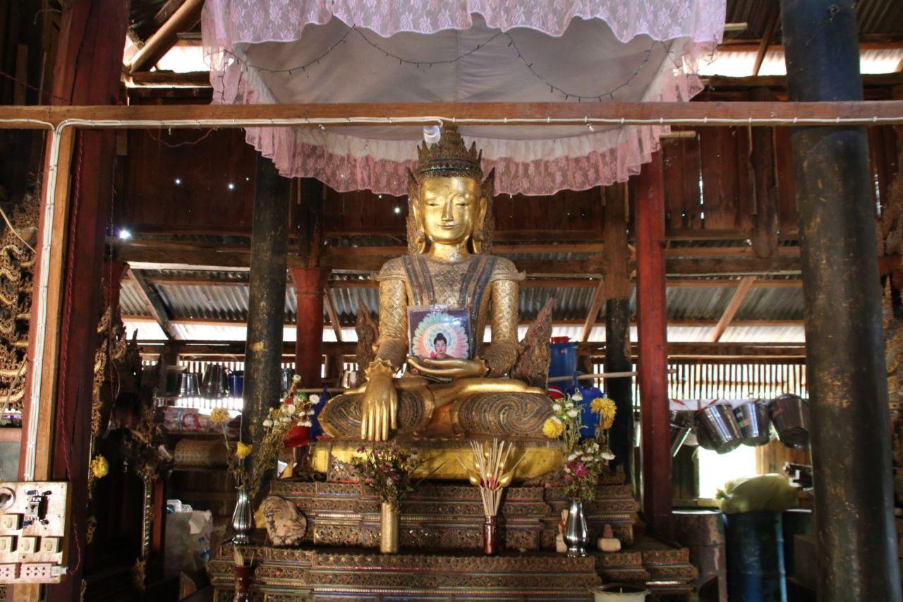 Ein sitzender Buddha in einer Pagode