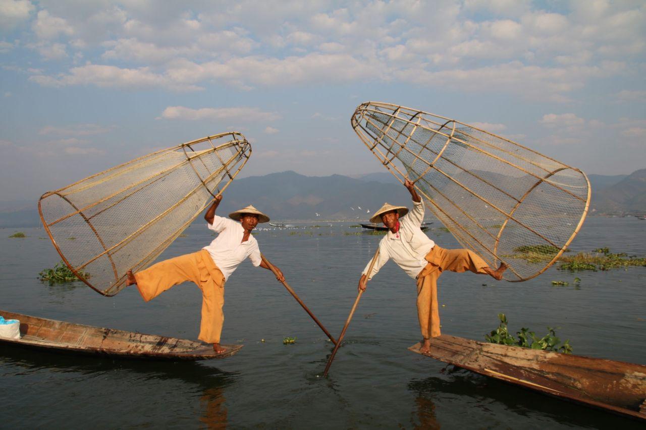Die Einbeinfischer und Langhalsfrauen vom Inle See in Myanmar