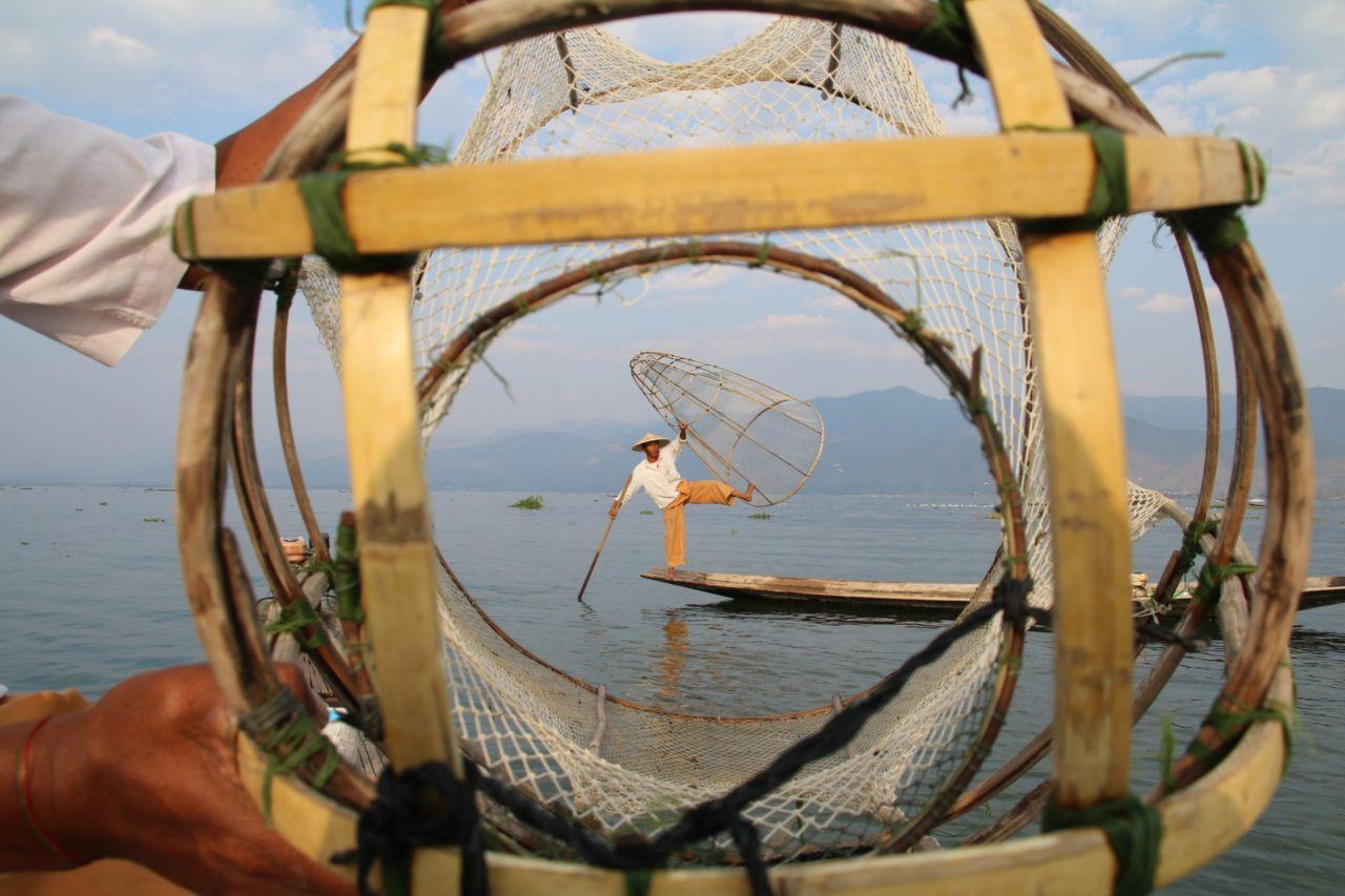 Ein Fischer auf einem Boot auf dem Inle-See