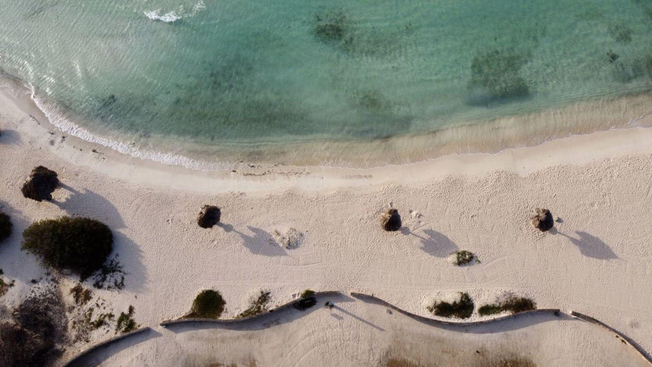 Strand und Meer und Sonnenschirme aus der Luft