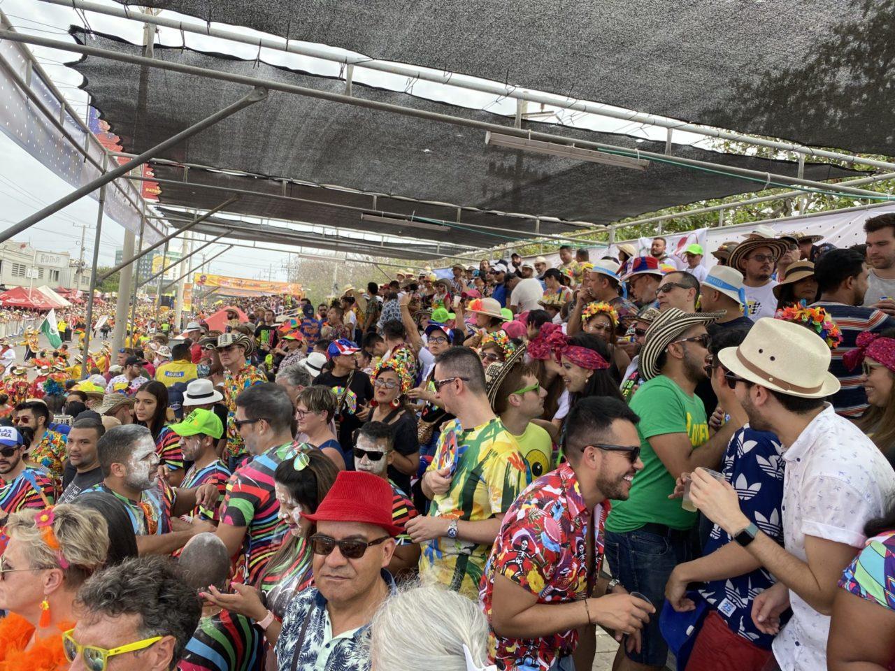 Feiernde Menschen auf einer Tribüne mit Dach