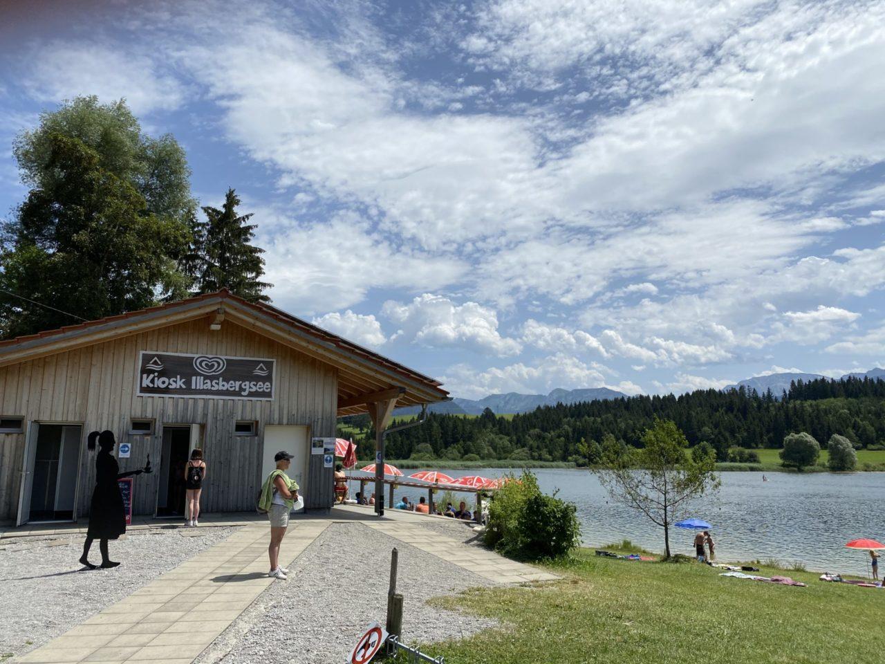 Kiosk mit Bergsee, Wald Und Menschen
