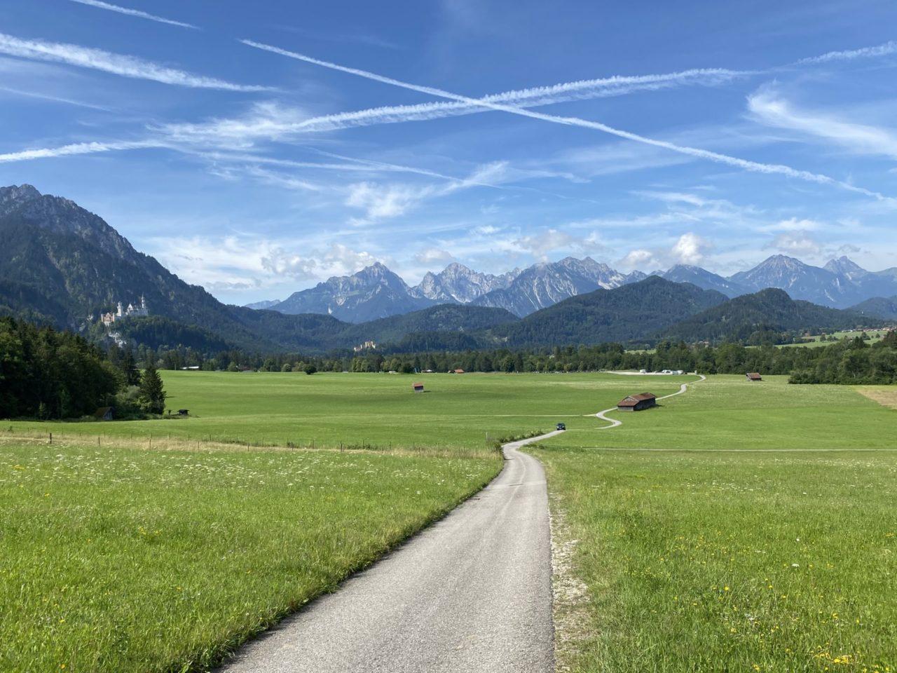 Ein Wanderweg mit Blick ins Grün und Berge